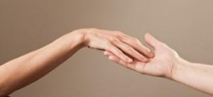 ateliers câlin, se toucher les mains du bout des doigts, avec tendresse et sensualité